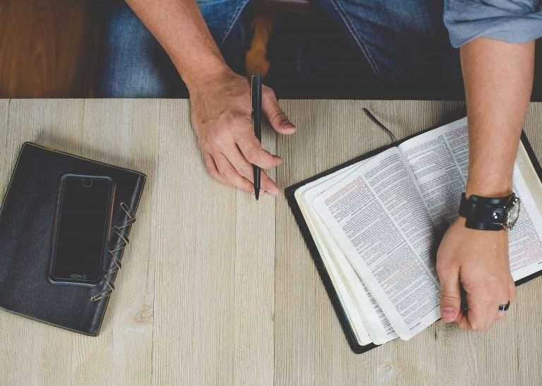 Foto de uma bíblia que está em cima de uma mesa.